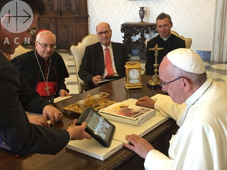 ACN delegation with Pope Francis - presenting