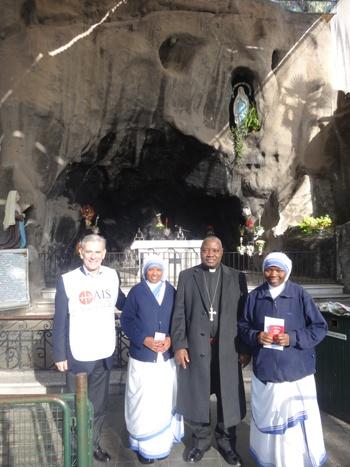 Junto a Director Nacional de Ayuda a la Iglesia que Sufre y a Misioneras...