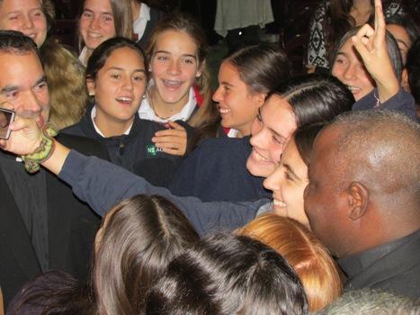 Junto a alumnas del Colegio Los Andres